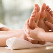 Razmazite svoje telo: Holistička masaža + refleksologija stopala + piling tela