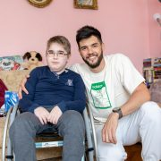Popularni glumac Stevan Piale lepim gestom iznenadio dečaka koji boluje od mišićne distrofije